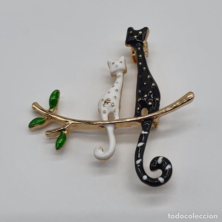 Joyeria: Original broche de diseño, pareja de gatos sobre rama con baño de oro y esmaltes . - Foto 3 - 229256960