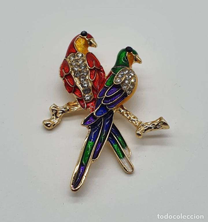 Joyeria: Broche con pareja de loros en baño de oro, esmaltes al fuego y circonitas talla brillante . - Foto 3 - 229257575