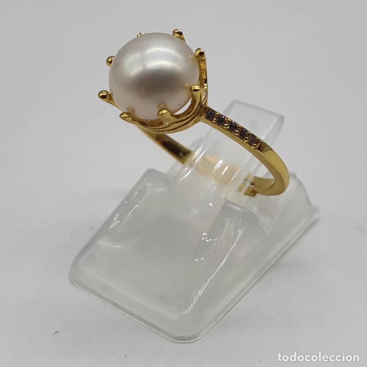 Joyeria: Bella sortija tipo pedida en plata de ley, oro de 18k, perla con engarce tipo corona y circonitas . - Foto 2 - 194731432