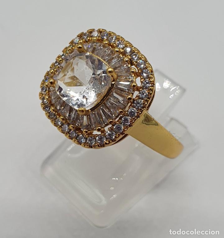 Joyeria: Elegante anillo de pedida chapado en oro de 18k, con circonitas talla brillante y talla cushion . - Foto 2 - 197977425