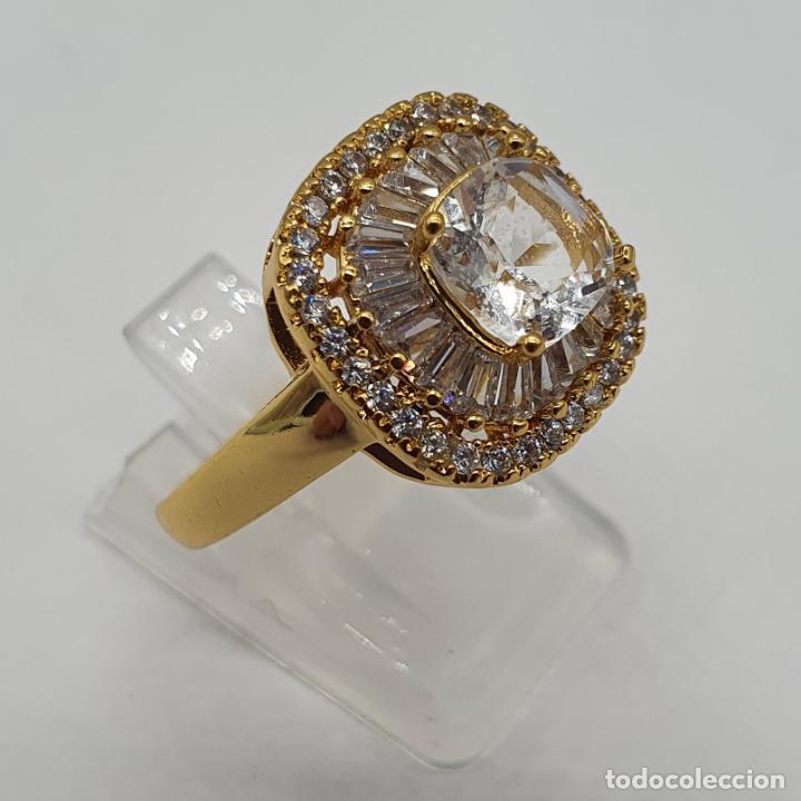 Joyeria: Elegante anillo de pedida chapado en oro de 18k, con circonitas talla brillante y talla cushion . - Foto 4 - 197977425
