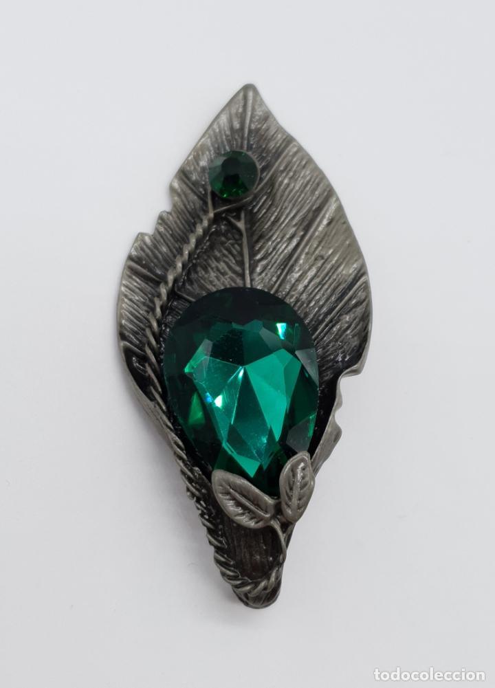 Joyeria: Magnífico broche colgante con forma de hoja platinada en gris y cristal austriaco en tonos verdes . - Foto 2 - 198045316