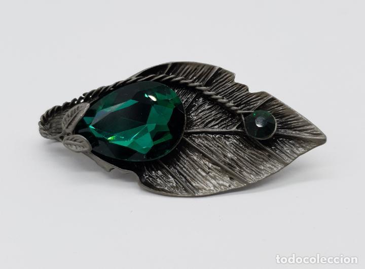 Joyeria: Magnífico broche colgante con forma de hoja platinada en gris y cristal austriaco en tonos verdes . - Foto 4 - 198045316