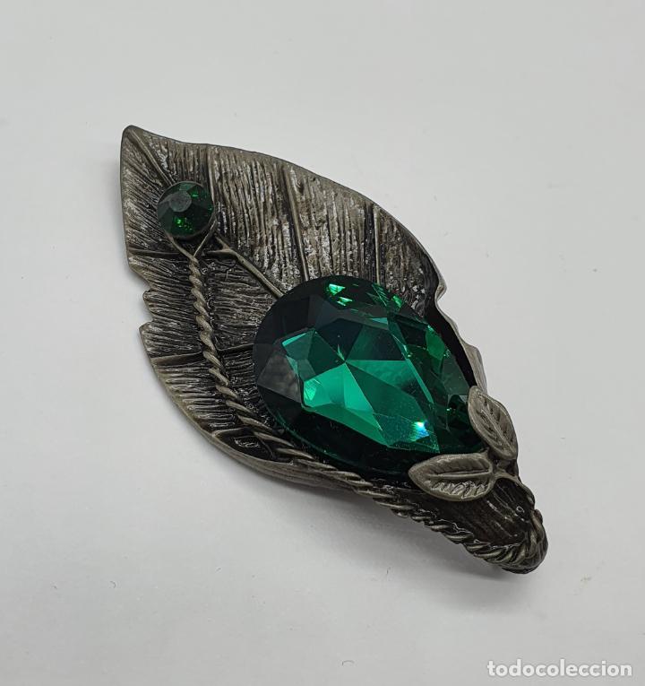 Joyeria: Magnífico broche colgante con forma de hoja platinada en gris y cristal austriaco en tonos verdes . - Foto 6 - 198045316
