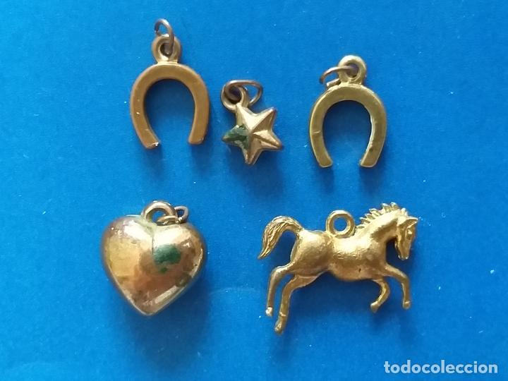 Joyeria: 5 Antiguos y pequeños colgantes de metal dorado. Figuras de caballo, corazón, estrella y herradura - Foto 2 - 199085096