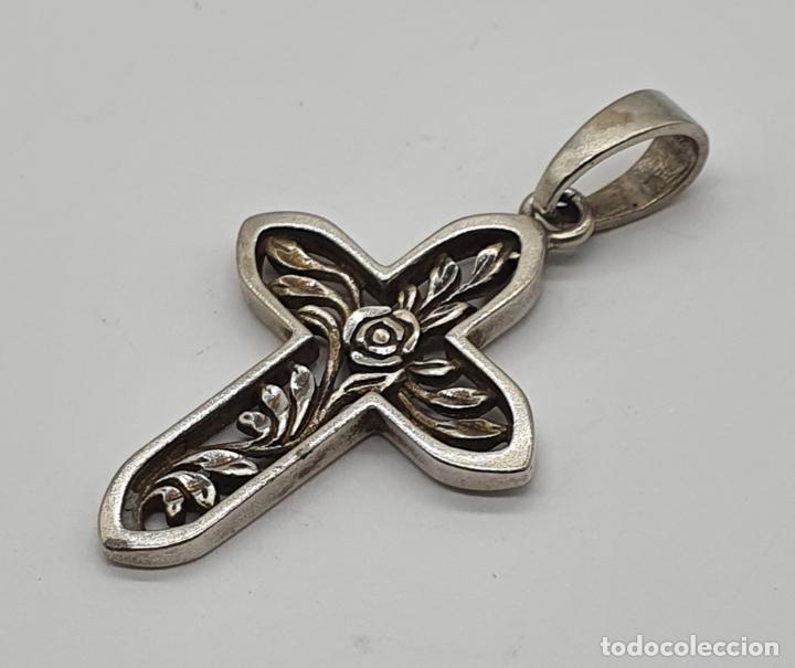 Joyeria: Colgante en forma de cruz antigua en plata de ley contrastada y bellamente labrada con rosa . - Foto 4 - 199925741