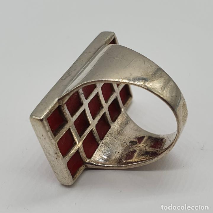 Joyeria: Gran anillo antiguo en plata de ley contrastada con aplicaciones en tono rojo coral . - Foto 5 - 204449048