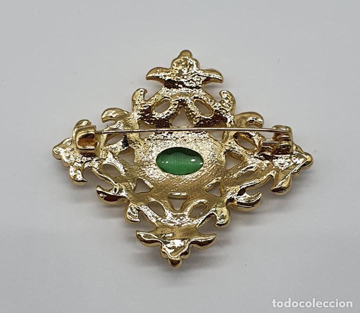 Joyeria: Elegante broche de estilo imperial chapado en oro de 14k, circonitas talla brillante y ojo de gato . - Foto 5 - 204545252