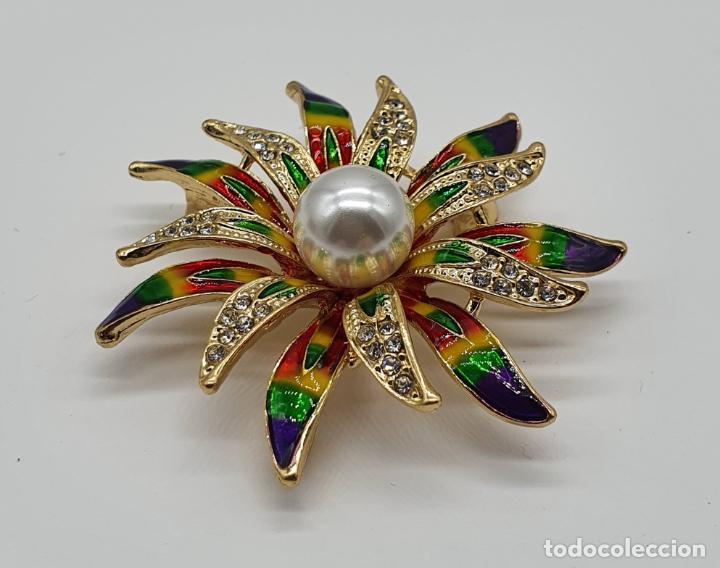 Joyeria: Bello broche de flor chapado en oro de 18k, esmaltes al fuego, circonitas y perla central . - Foto 2 - 204547708