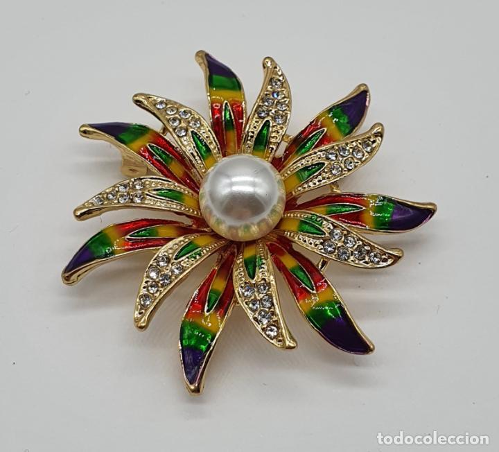 Joyeria: Bello broche de flor chapado en oro de 18k, esmaltes al fuego, circonitas y perla central . - Foto 3 - 204547708