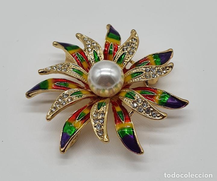 Joyeria: Bello broche de flor chapado en oro de 18k, esmaltes al fuego, circonitas y perla central . - Foto 4 - 204547708