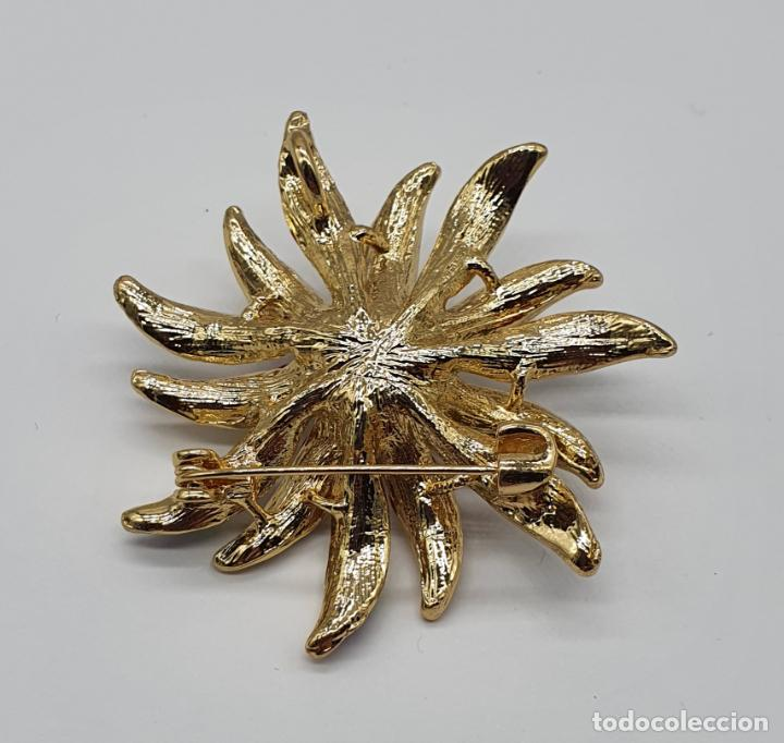 Joyeria: Bello broche de flor chapado en oro de 18k, esmaltes al fuego, circonitas y perla central . - Foto 5 - 204547708