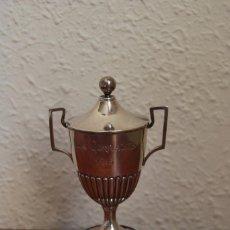 Joyeria: PEQUEÑA COPA DE PLATA 925 SOBRE PEANA DE MADERA - LOS CORRALES 1915 - TROFEO. Lote 205031110