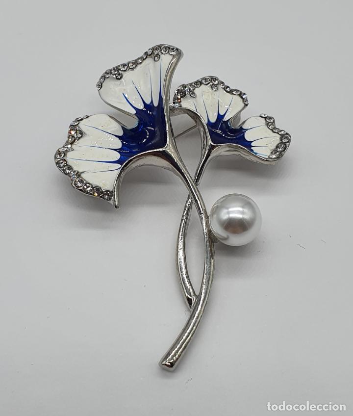 Joyeria: Elegante broche con baño de plata, esmaltes, circonitas talla brillante y perla . - Foto 3 - 206464818