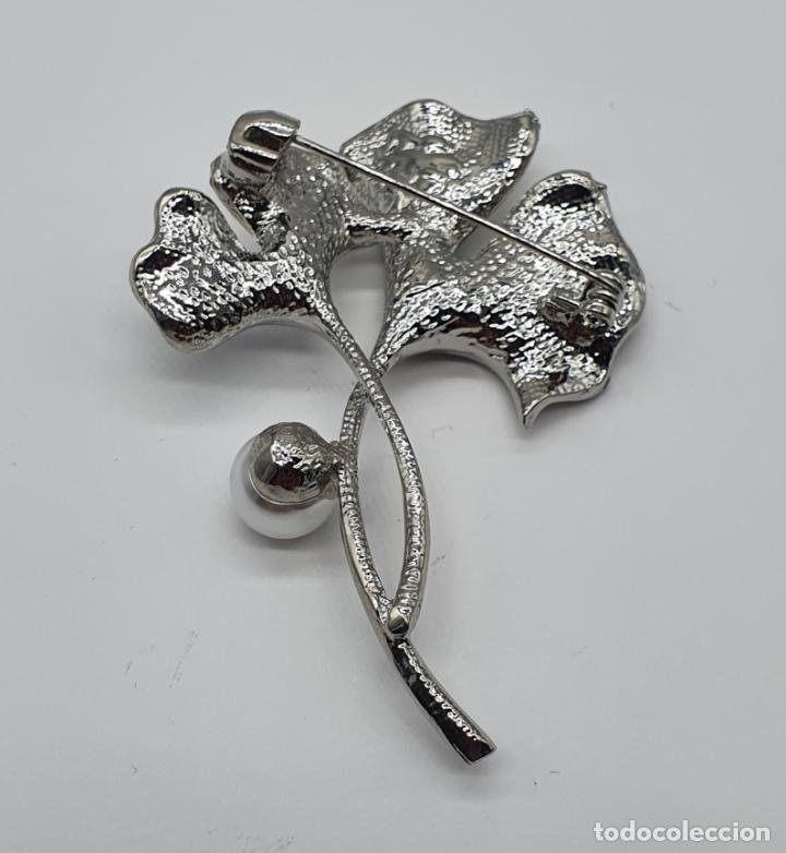 Joyeria: Elegante broche con baño de plata, esmaltes, circonitas talla brillante y perla . - Foto 5 - 206464818