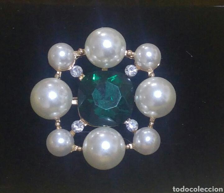 Joyeria: Curioso y llamativo broche, con perlas, circonitas y turmalina color esmeralda. Acabado en oro 18k - Foto 3 - 207950111