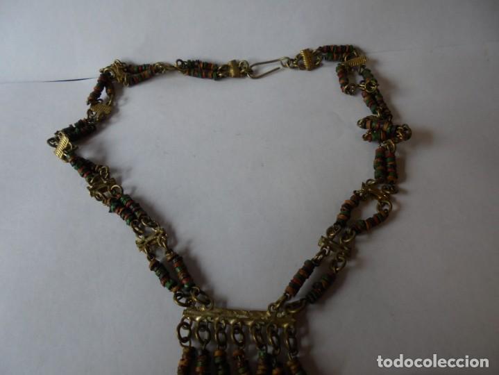 Joyeria: magnifico antiguo collar retro vintage en metal dorado y cuentas de madera de colores - Foto 2 - 214024706
