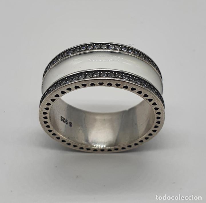 Joyeria: Estiloso y sofisticado anillo en plata de ley maciza, esmalte blanco y circonitas talla brillante . - Foto 2 - 214729082