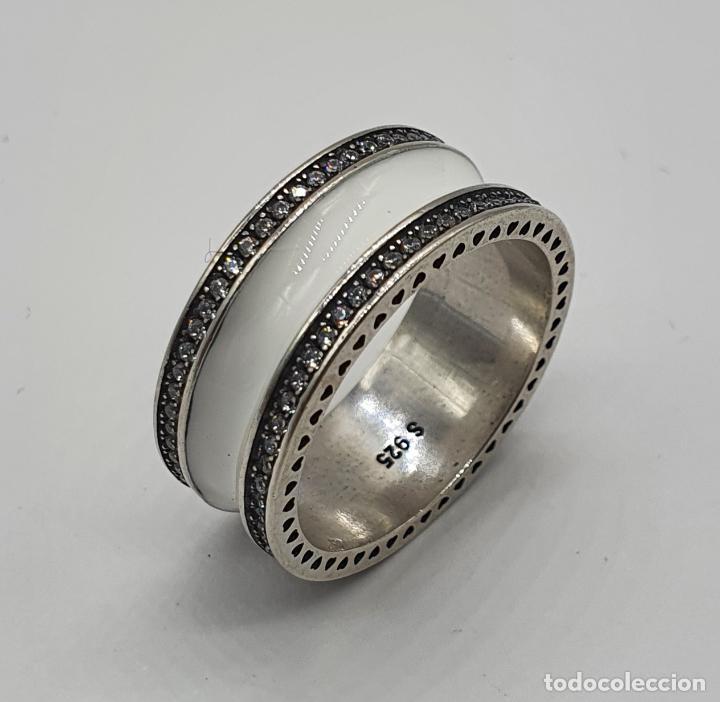 Joyeria: Estiloso y sofisticado anillo en plata de ley maciza, esmalte blanco y circonitas talla brillante . - Foto 3 - 214729082
