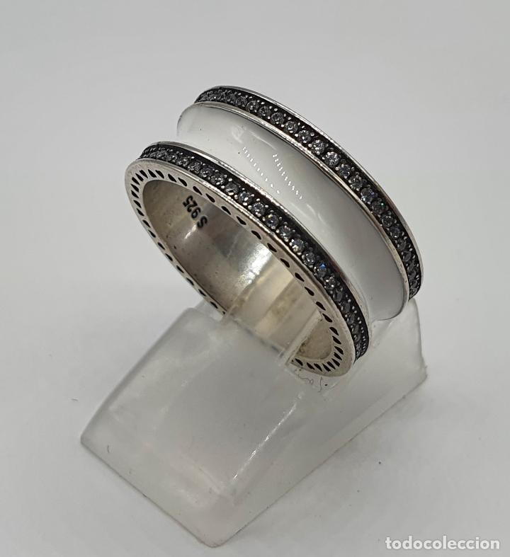 Joyeria: Estiloso y sofisticado anillo en plata de ley maciza, esmalte blanco y circonitas talla brillante . - Foto 5 - 214729082