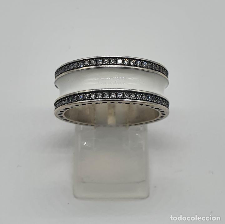 Joyeria: Estiloso y sofisticado anillo en plata de ley maciza, esmalte blanco y circonitas talla brillante . - Foto 8 - 214729082