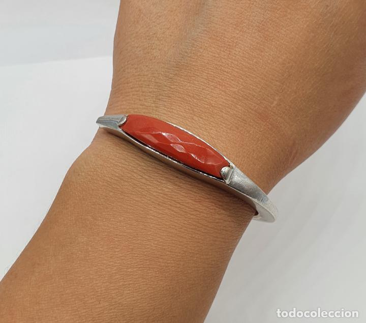 Joyeria: Brazalete moderno de diseño en plata de ley contrastada con cabujón en símil de coral rojo facetado - Foto 6 - 215400215