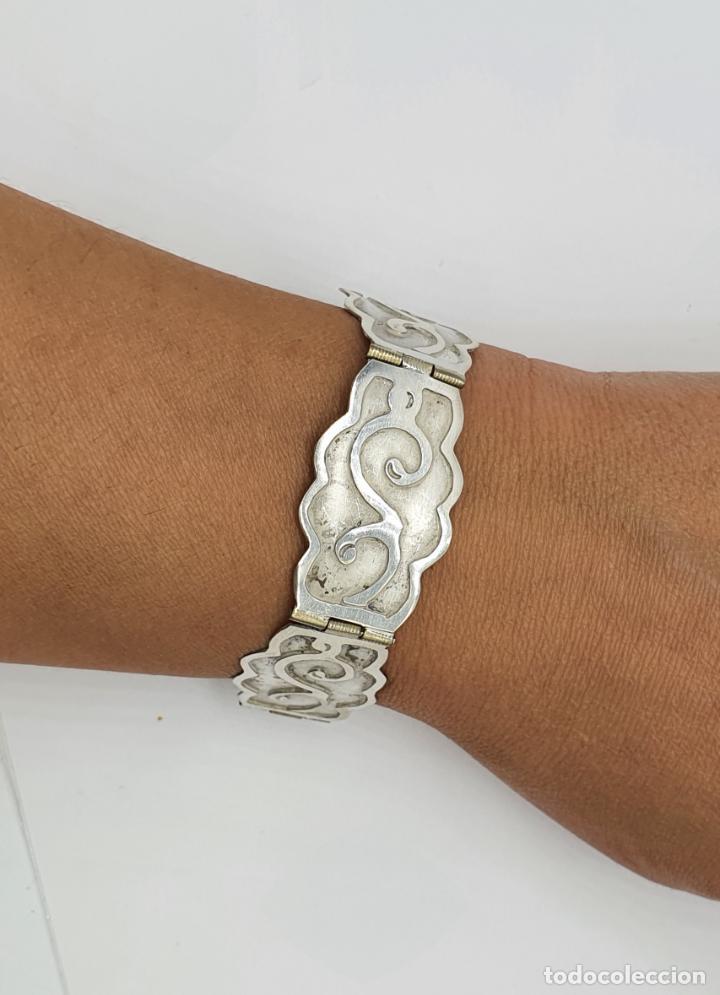 Joyeria: Brazalete antiguo de eslabones en plata de ley bellamente cincelados a mano con contrastes . - Foto 8 - 217610811