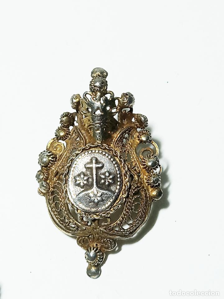 Joyeria: Conjunto de tres broches en filigrana de plata y esmalte. 7 g. 3 cm. Siglo XIX. - Foto 3 - 219362606