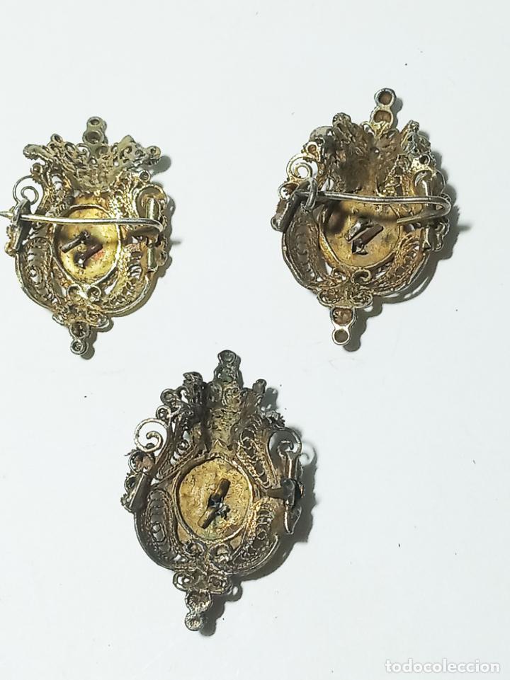 Joyeria: Conjunto de tres broches en filigrana de plata y esmalte. 7 g. 3 cm. Siglo XIX. - Foto 5 - 219362606