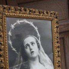 Joyeria: MARCO DE MADERA TALLADA CON FOTOGRAFIA ANTIGUA DE LA DOLOROSA VIRGEN DE SALZILLO SALCILLO MURCIA. Lote 221890626