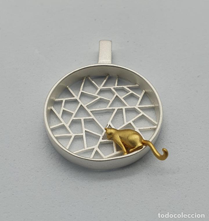 Joyeria: Colgante de diseño sofisticado de celosía con gato en plata de ley 925 y acabados en oro de 18k . - Foto 7 - 222434581