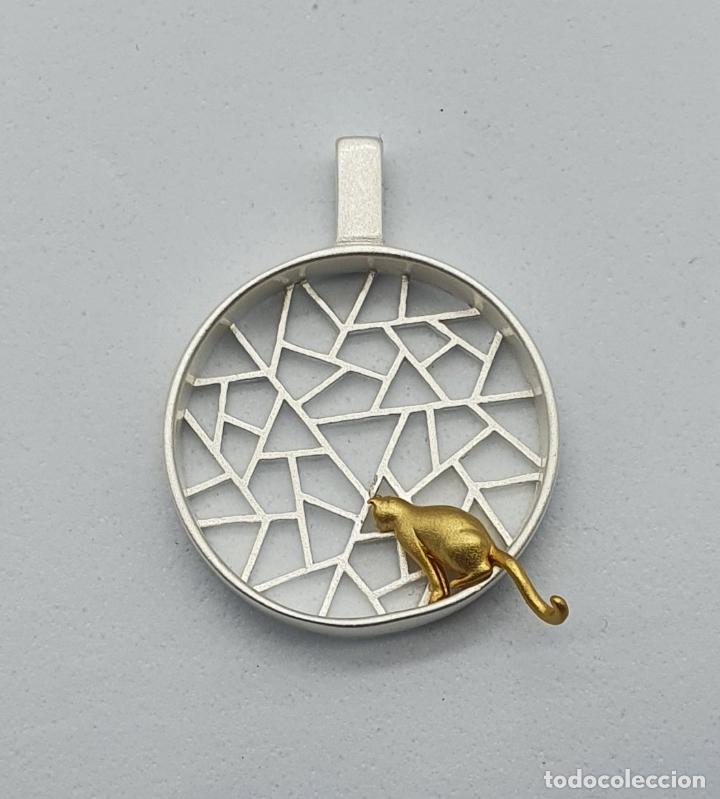 Joyeria: Colgante de diseño sofisticado de celosía con gato en plata de ley 925 y acabados en oro de 18k . - Foto 9 - 222434581