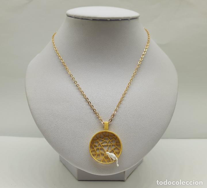 Joyeria: Colgante de diseño sofisticado de celosía con gato en plata de ley 925 y acabados en oro de 18k . - Foto 4 - 222434736