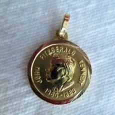 Joyeria: COLGANTE DE ORO DE 18 KLTS. MEDALLA DE JOHN F. KENNEDY 1980 - 1983. Lote 223891330