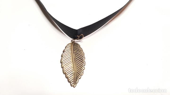 Joyeria: Collar Vintage de cinta negra para llevar a cuello. Con colgante de hoja dorada. Vintage Style - Foto 3 - 224138670