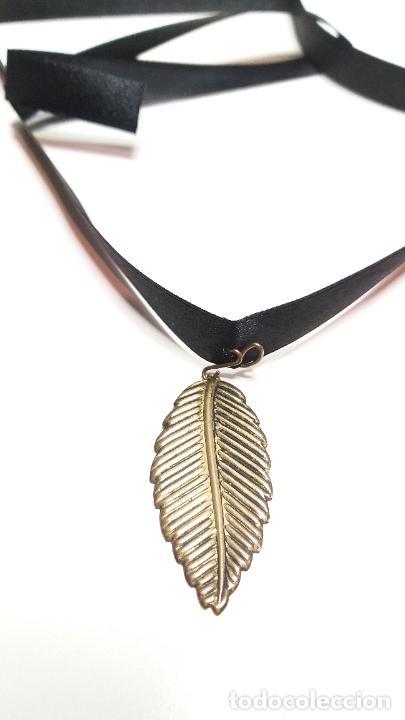 Joyeria: Collar Vintage de cinta negra para llevar a cuello. Con colgante de hoja dorada. Vintage Style - Foto 4 - 224138670