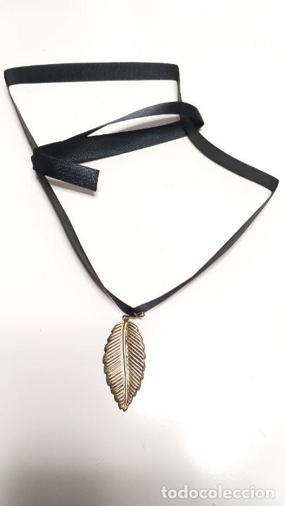 Joyeria: Collar Vintage de cinta negra para llevar a cuello. Con colgante de hoja dorada. Vintage Style - Foto 5 - 224138670