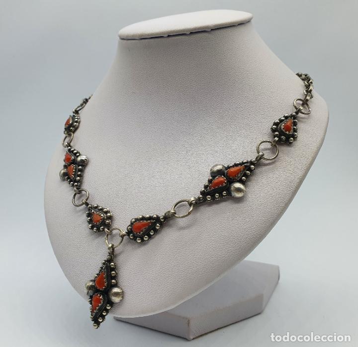 Joyeria: Preciosa gargantilla antigua en plata de ley repujada y cabujones de coral auténtico . - Foto 2 - 227723550