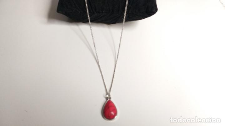 Joyeria: Cadena plateada. Colgante en forma de lágrima, color rojo. 84 cm de largo - Foto 2 - 228563695