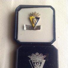 Joyeria: PIN DE PLATA CADIZ C.F. OFICIAL CON SU CAJA. Lote 228731860
