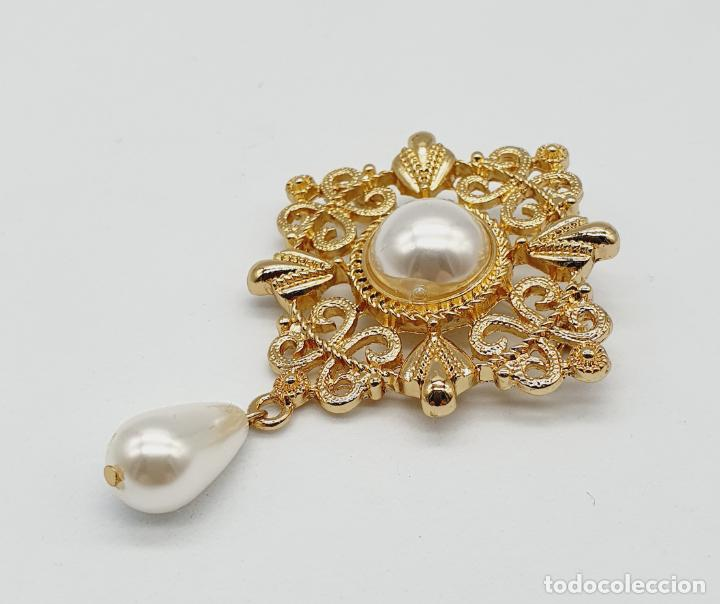 Joyeria: Elegante broche de estilo rococó con baño de oro y símil de perlas . - Foto 2 - 229892330