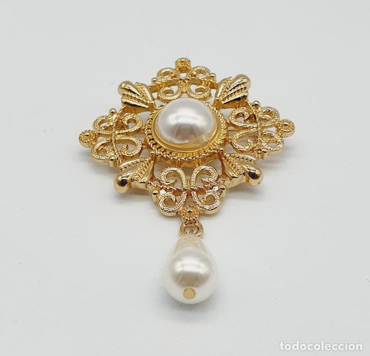 Joyeria: Elegante broche de estilo rococó con baño de oro y símil de perlas . - Foto 3 - 229892330