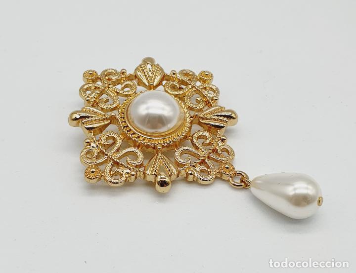 Joyeria: Elegante broche de estilo rococó con baño de oro y símil de perlas . - Foto 4 - 229892330