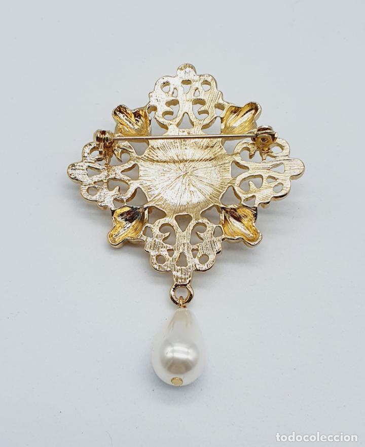 Joyeria: Elegante broche de estilo rococó con baño de oro y símil de perlas . - Foto 5 - 229892330