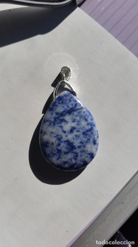 Joyeria: Colgante Natural de Sodalita Azul Moteada con Engarce para Cadena de 32x28x5 mm. - Foto 2 - 231592980