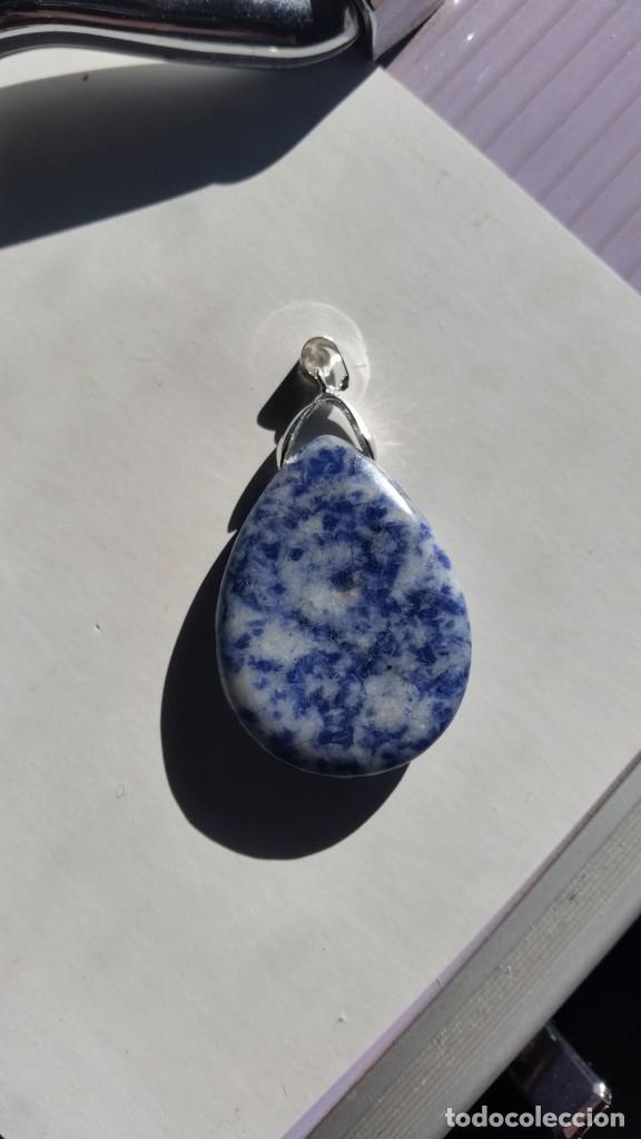 Joyeria: Colgante Natural de Sodalita Azul Moteada con Engarce para Cadena de 32x28x5 mm. - Foto 3 - 231592980