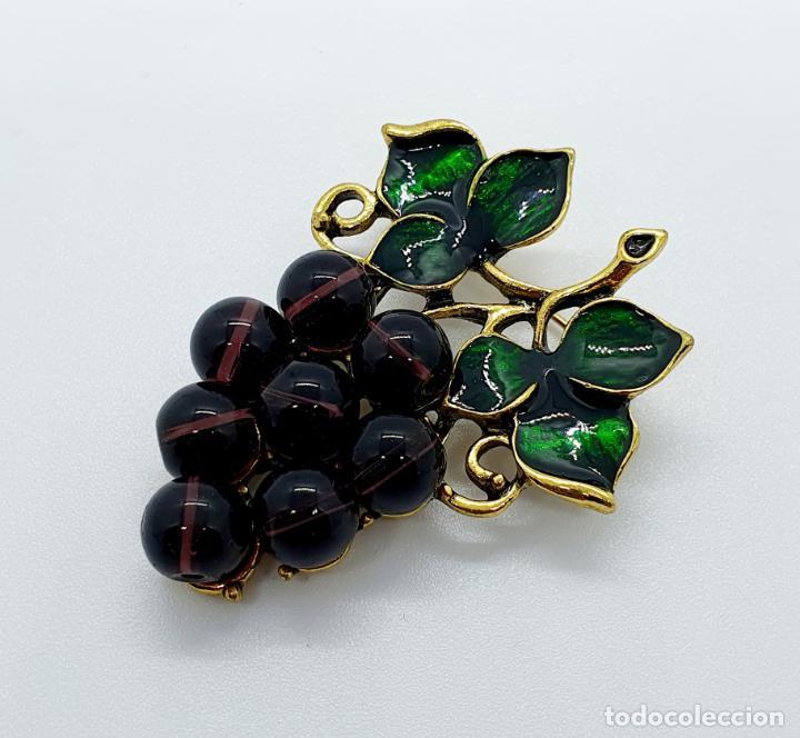 Joyeria: Magnífico broche de racimo de uvas vintage con baño de oro viejo, esmalte y perlas símil amatistas . - Foto 2 - 249327500