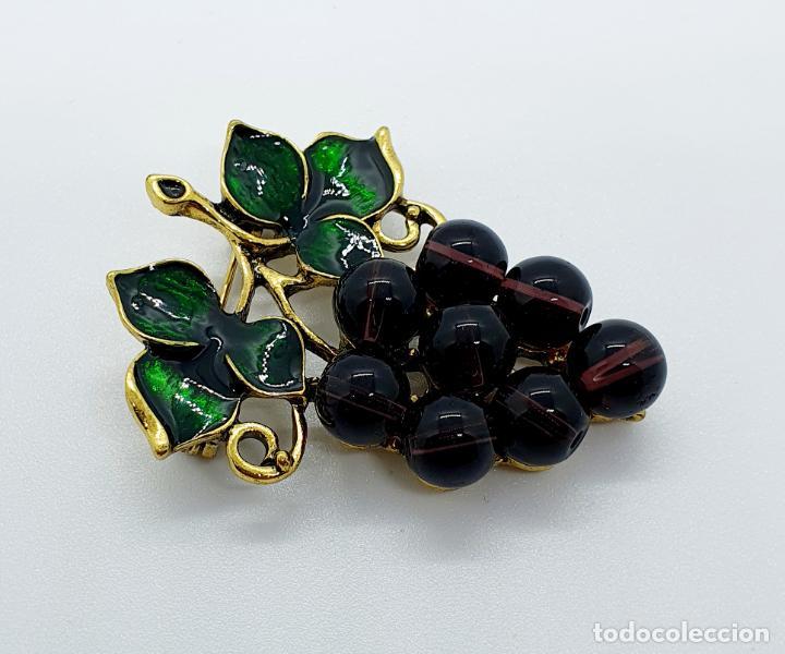 Joyeria: Magnífico broche de racimo de uvas vintage con baño de oro viejo, esmalte y perlas símil amatistas . - Foto 4 - 249327500