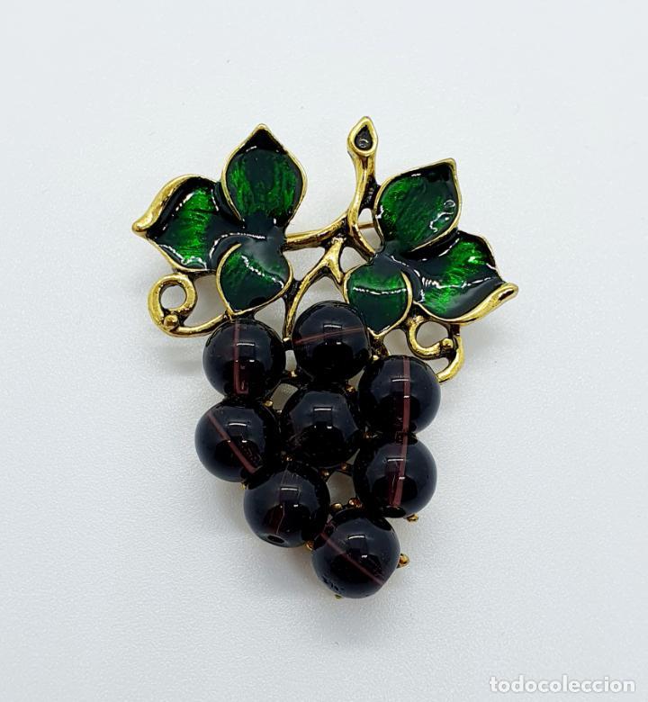 Joyeria: Magnífico broche de racimo de uvas vintage con baño de oro viejo, esmalte y perlas símil amatistas . - Foto 5 - 249327500