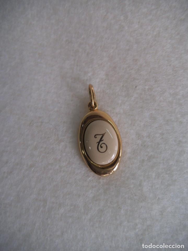 COLGANTE ( INICIAL - T - ) CHAPADO BEIGE (Joyería - Colgantes Antiguos)